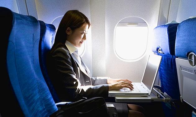 Come trascorrere il tempo durante il volo: approfittatene per lavorare al computer
