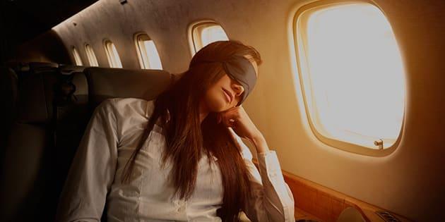 Come trascorrere il tempo durante il volo: dormite